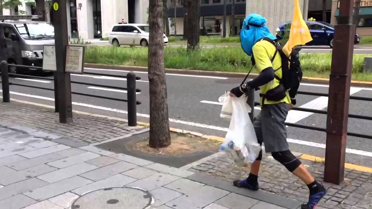 """2014年7月27日日曜日、大阪の大動脈、御堂筋で行われた拾活マラニック(淀屋橋〜難波〜淀屋橋)では6名の""""THE SWEEPERS""""がゴミを拾いながら走る「拾活(しゅうかつ)」に取り組みました。レジ袋さえあれば、どこででも取り組める拾活をランナーはじめ多くの方々にアピールしています。ひとつゴミを拾えば幸せになれる…私たち""""THE SWEEPERS""""はそんな思いで日々の拾活に取り組んでいます。"""