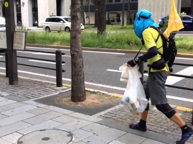 """Published on Jul 27, 2014 2014年7月27日日曜日、大阪の大動脈、御堂筋で行われた拾活マラニック(淀屋橋〜難波〜淀屋橋)では6名の""""THE SWEEPERS""""がゴミを拾いながら走る「拾活(しゅうかつ)」に取り組みました。レジ袋さえあれば、どこででも取り組める拾活をランナーはじめ多くの方々にアピールしています。ひとつゴミを拾えば幸せになれる…私たち""""THE SWEEPERS""""はそんな思いで日々の拾活に取り組んでいます。"""